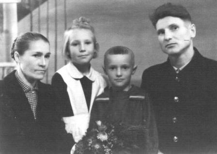 Михаил Адамович с женой, дочерью и сыном.
