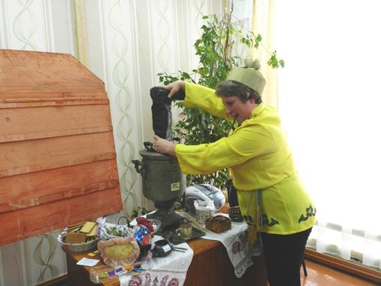 Татьяна Шипицына разжигает самовар