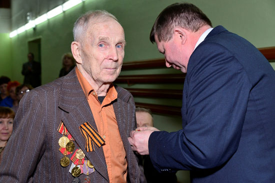 Вручение медалей в Опаринском районе