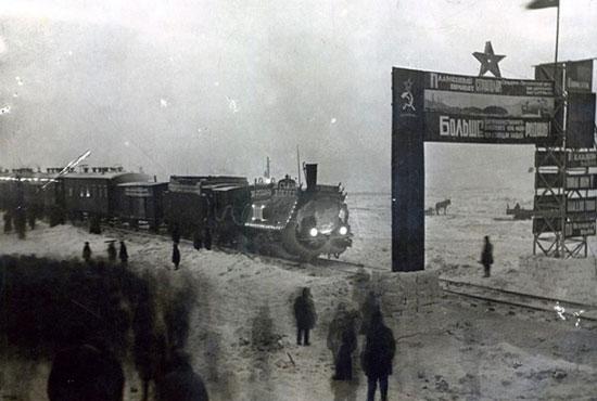 Первый поезд прибывшиый в Заполярную Воркуту 28 декабря 1941 года