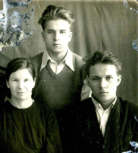 Моя тетя - сестра мамы Александра Михайловна Пономарева с сыновьями-железнодорожниками Викентием и Федором; станция Печора 1942 года