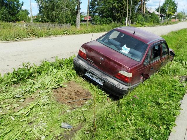 Машина в кювете