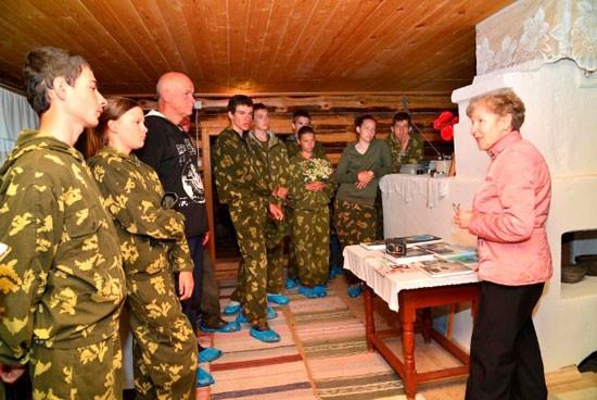 Римма Александровна знакомит кадетов-жуковцев с экспонатами музея