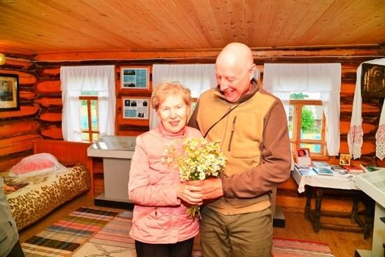 Руководитель похода В.П.Дружинин благодарит Римму Александровну за интересную содержательную лекцию и большой труд по созданию дома-музея Н.Г.Кузнецова и дарит ей цветы