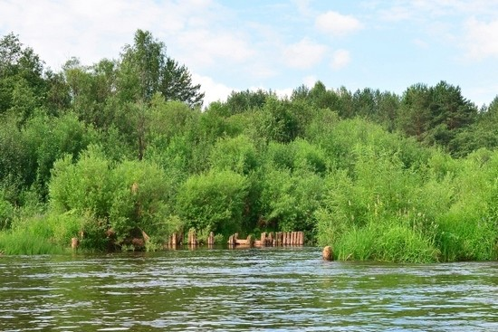 Остовы деревянных строений, мельниц и мостов, до сих пор напоминают о себе на северных реках. Нас выручала большая вода