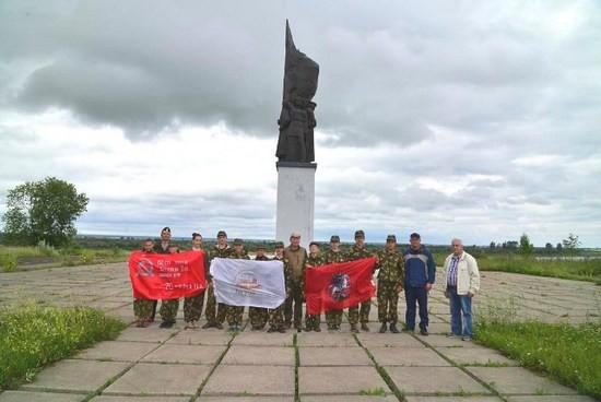 Торжественное построение у памятника бойцам Северо-Двинской военной речной флотилии
