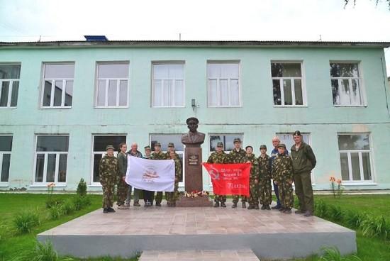 Наша команда у памятника А.М.Меркушеву