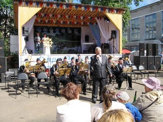 Играет духовой оркестр Лимндского Дома культуры. Солист Александр Барышев