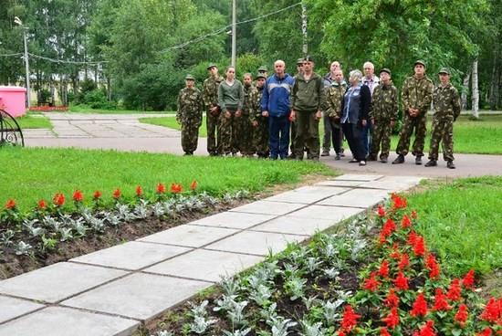 Экскурсовод И.В.Перминова знакомит нас с историей создания мемориального комплекса в Котласе