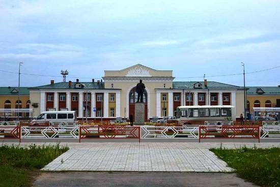 Обновленная и принаряженная Привокзальная площадь железнодорожного вокзала станции «Котлас-Южный».