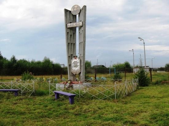 Памятник павшим в центре поселка Черемушский