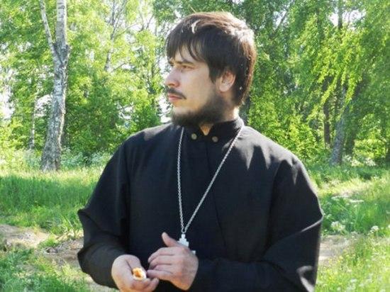 Иерей, бывший настоятель Опаринского прихода отец Михаил любуется шабурскими березами