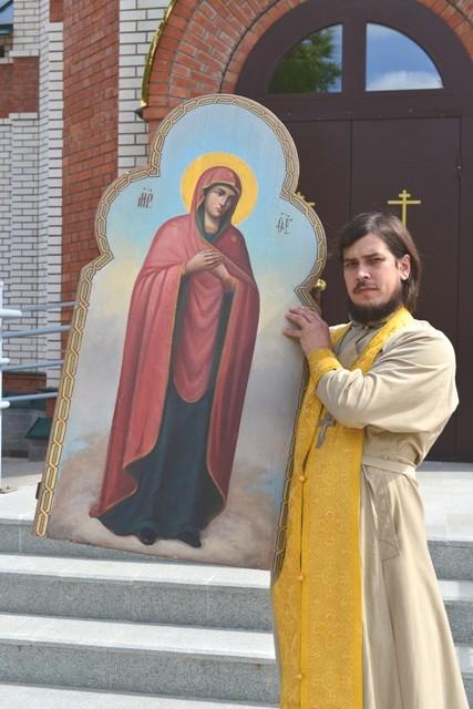 Настоятель Опаринского прихода, отец Михаил с иконой «Умиление», которую передал в храм В.А.Графов