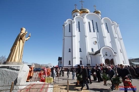 Памятник проповеднику-миссионеру Стефану Пермскому в Сыктывкаре
