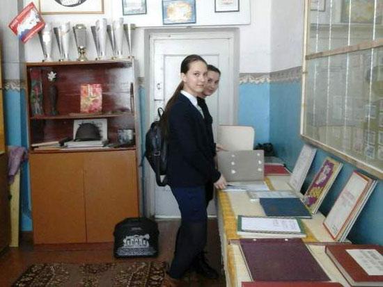 Арина Гурьевская и Полина Носкова в музее средней школы п. Маромица