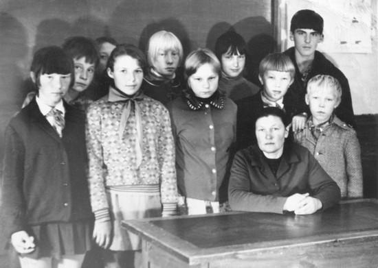 Школа в Заполье. Нина Васильевна Русанова со своими учениками.