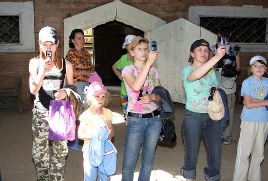 Наталья Николаевна Кокоулина знакомит своих учеников с историей строительства Никольской церкви в Нижнем Починке