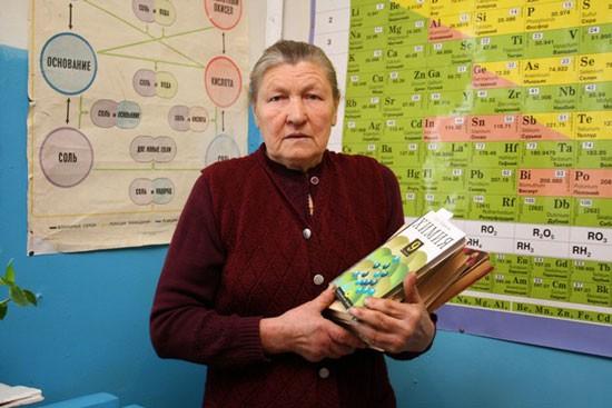 Учитель биологии и химии Шабурской школы Нина Васильевна Русанова.