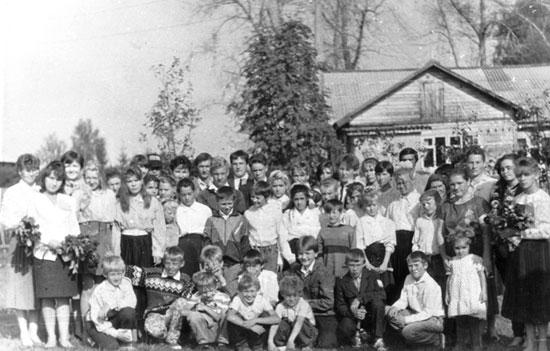 Этот снимок учащихся Шабурской восьмилетней школы сделан в конце 90-ых годов.