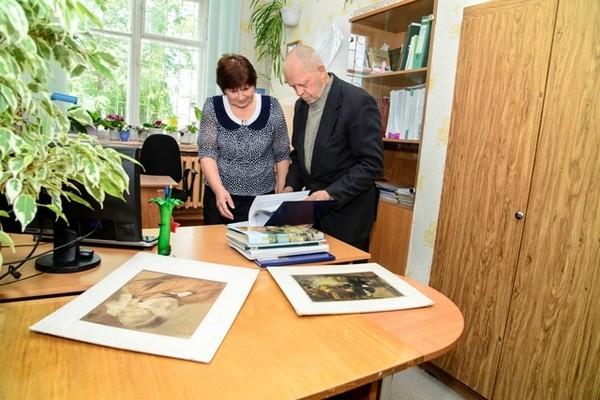 Василий Александрович Графов беседует в Опаринском архиве с сотрудником  архива Галиной Павловной Квашониной