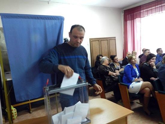 Голосует депутат В.И. Тестов