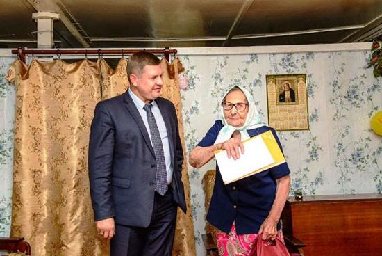 А.Д.Макаров поздравляет Е.Е.Пахневу