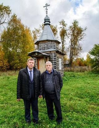 У Шабурской часовни глава, теперь уже, района Андрей Дмитриевич Макаров и писатель Николай Николаевич Шкаредный