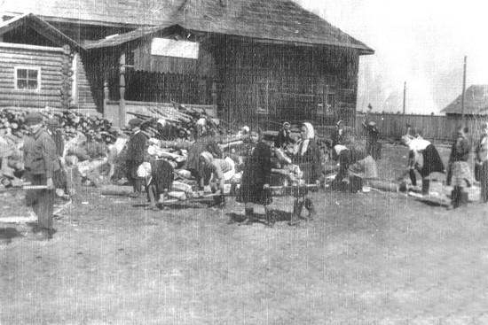 Нижне-Волмангская неполная средняя школа, в которой учился Толя Суровцев. На снимке: дети  и их родители заняты заготовкой дров