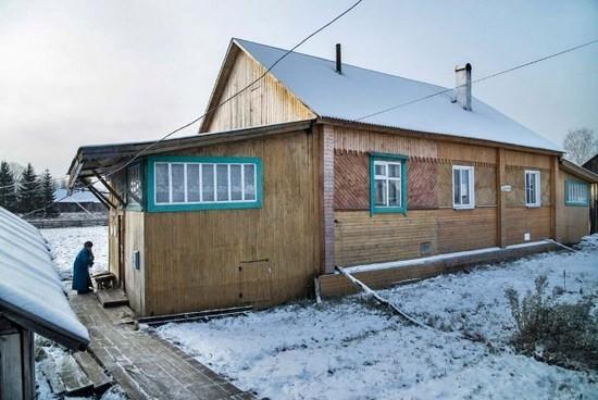 В этом доме на улице Горького в Опарино живут сегодня Анатолий Иванович и Галина Николаевна Суровцевы