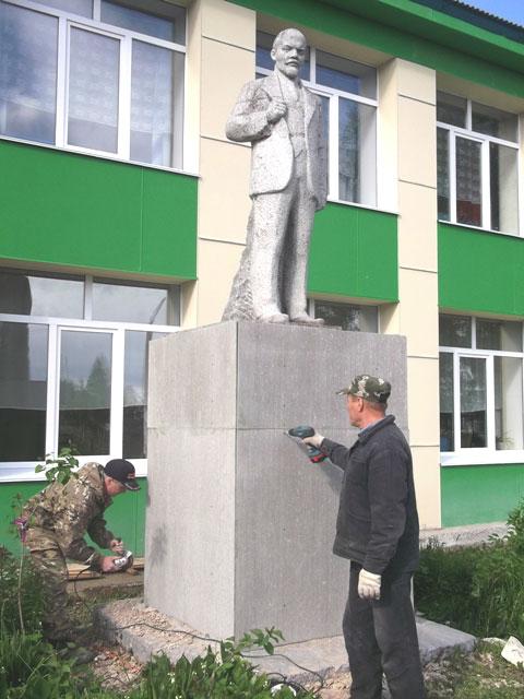 Памятник Ленину в Опарино