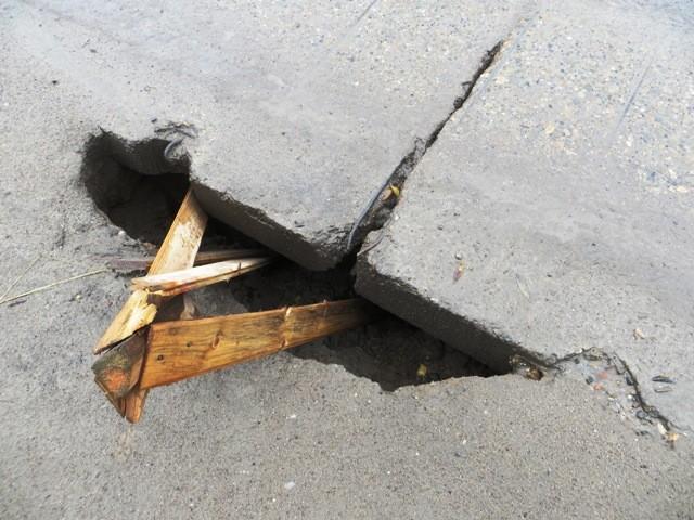 Дыра в дорожном покрытии