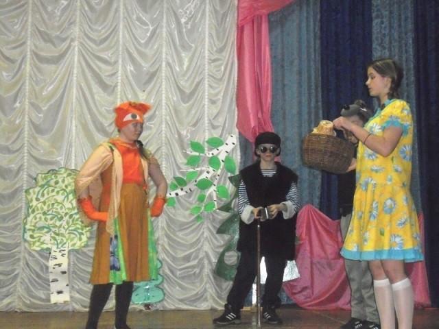 На сцене юные актеры
