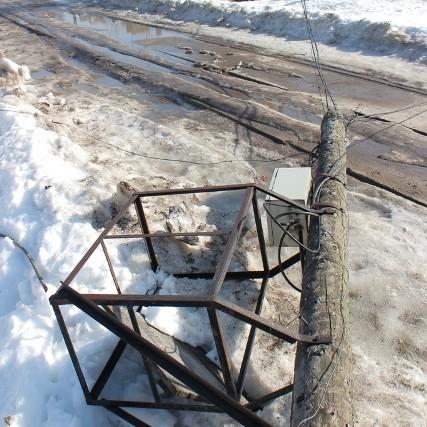 В поселке Опарино машина снесла теплотрассу