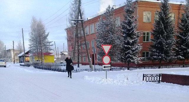 В поселке Опарино установлены новые дорожные знаки