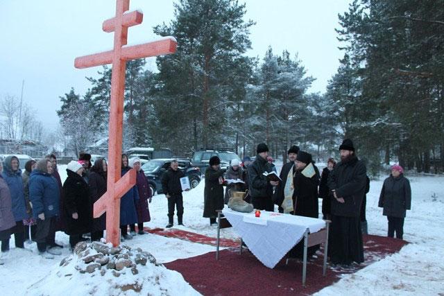 На снимке:  епископ Яранский и Лузский Паисий благословил прихожан на строительство часовни в поселке Таврическом.