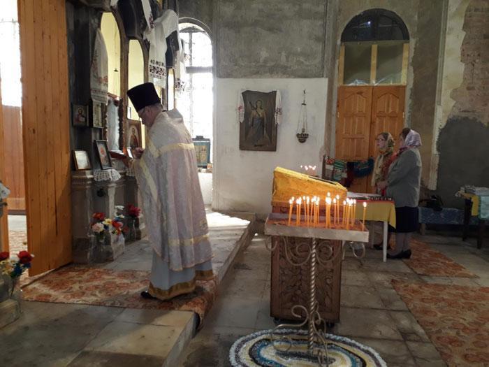 На снимке: Божественная литургия в обновленном храме.