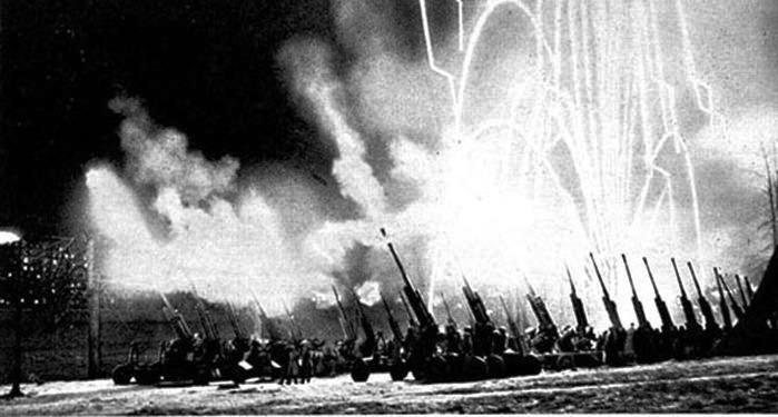 На снимке: первый салют 5 августа 1943 года в ознаменование освобождения городов Орла и Белгорода.