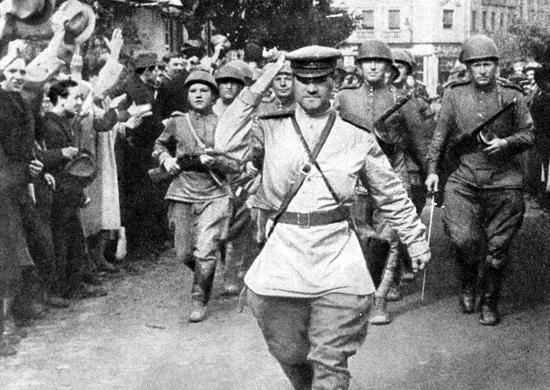 На снимке: советские воины на улицах освобожденного Белграда.