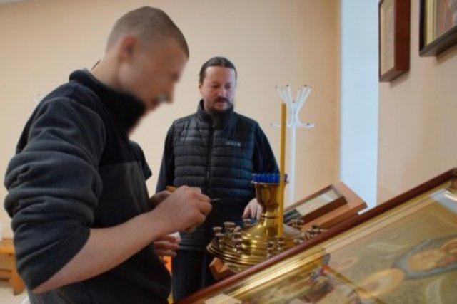 На снимке: подопечные Архангельской воспитательной колонии в храме
