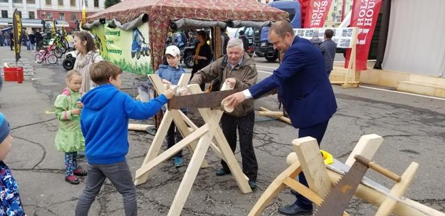 """Министр лесного хозяйства области с сыном работают пилой """"Дружба-2"""""""
