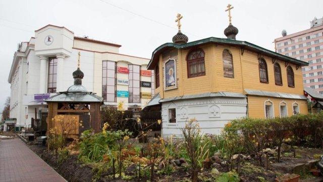 На снимке: снос православной часовни во имя Артемия Веркольского на улице Чумбарова-Лучинского в Архангельске.