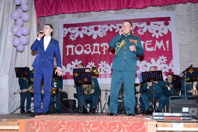На снимке: дирижер духового оркестра, капитан А.В.Спицын и солист Ренат Гербеков.