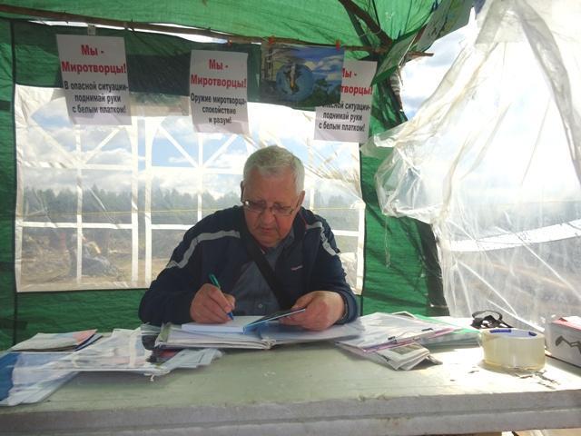 На снимке: писатель Николай Шкаредный за работой в информационном центре экоактивистов на станции Шиес.