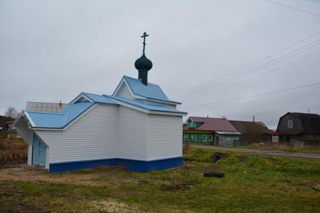 На снимке: обновленная Осерёдская часовня во имя Николая Чудотворца в селе Ракула Холмогорского района. Прихожанам удалось её сохранить.