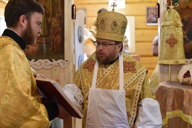 На снимке: первую службу в Таврическом храме ведет Владыка Паисий.