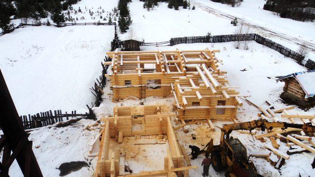 На снимке: на этом снимке вы видите, как рождалась деревянная часовня из лафета на стройплощадке Николая Васильевича Осенникова.