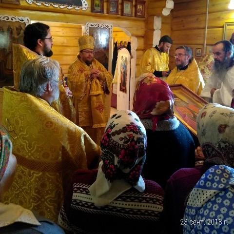 На снимке: первую Божественную литургия в новосвященном храме поселка Таврической отслужил епископ Яранский и Лузский Паисий.