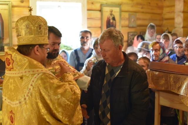 На снимке: обряд причащения проводит Владыка Паисий.