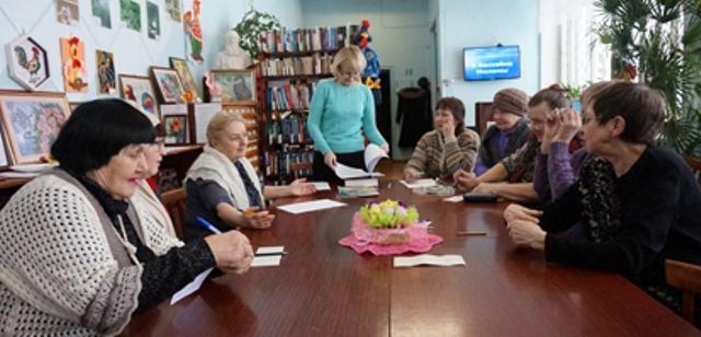 На снимке: очередное заседание клуба «Родник» Даровского районного краеведческого музея.
