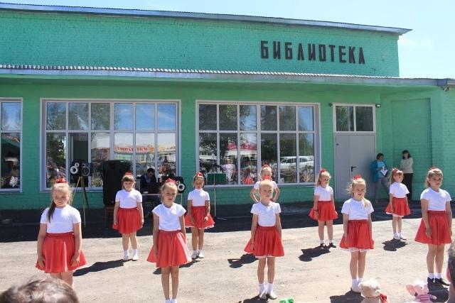 На снимке: перед читателями летнего читального зала выступают юные танцоры.